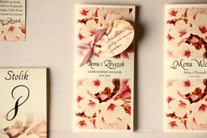 Zaproszenia ślubne z kwitnącą wiśnią z ozdobną przywieszką z wierszykiem.