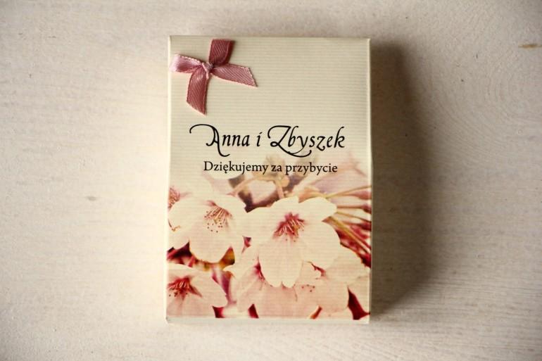 Pudełeczko na słodkości jako podziękowania dla gości weselnych. Grafika z kwitnącą wiśnią