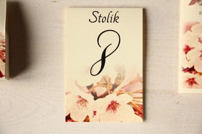 Kwiatowe Numery stolików na stoły weselne, grafika z kwitnącą wiśnią