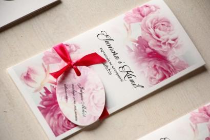 Zaproszenia ślubne z różowymi piwoniami z ozdobną przywieszką z wierszykiem.