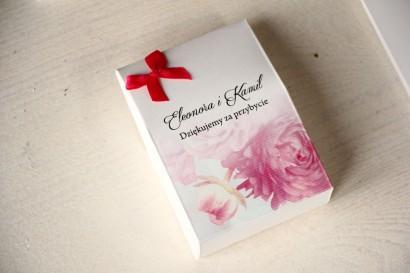 Pudełeczko na słodkości jako podziękowania dla gości weselnych. Grafika z różowymi piwoniami