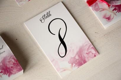 Kwiatowe Numery stolików na stoły weselne, grafika z różowymi piwoniami