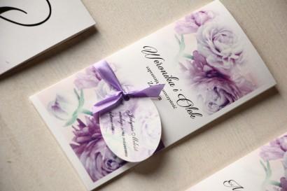 Zaproszenia ślubne z fioletowymi piwoniami z ozdobną przywieszką z wierszykiem.
