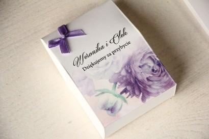Pudełeczko na słodkości jako podziękowania dla gości weselnych. Grafika z fioletowymi piwoniami