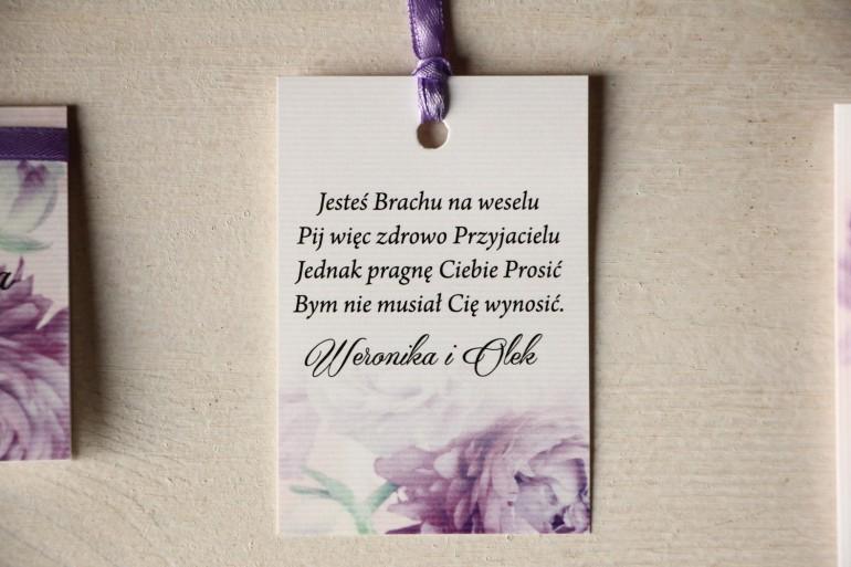 Kwiatowe Zawieszki na butelki weselne, grafika z fioletowymi piwoniami