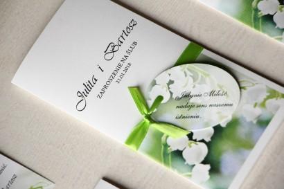 Delikatne zaproszenia ślubne z konwaliami z ozdobną przywieszką z wierszykiem.