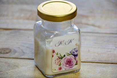 Świeczki - podziękowania dla gości weselnych. Efektowna kompozycja kwiatów róży i bzu dopełniona delikatnymi polnymi kwiatkami