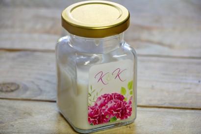 Świeczki - podziękowania dla gości weselnych. Intensywnie różowe goździki z akcentami drobnych zielonych gałązek