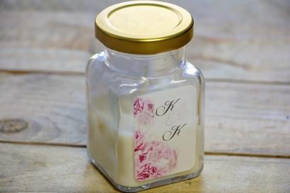 Świeczki - nowe podziękowania i upominki dla gości weselnych, ślubnych. Delikatne goździki o chłodnym, bladoróżowym odcieniu