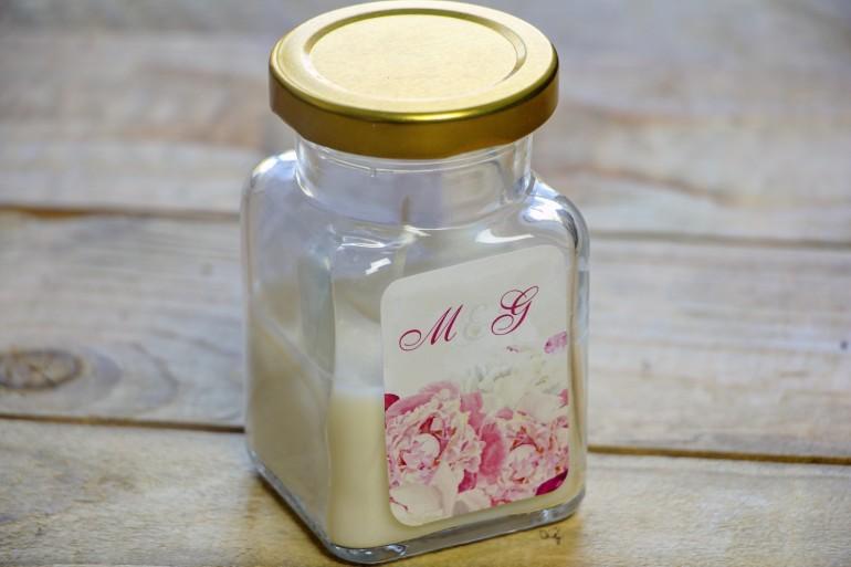 Świeczki - nowe podziękowania i upominki dla gości weselnych, ślubnych. Różowa grafika z białymi i amarantowymi piwoniami