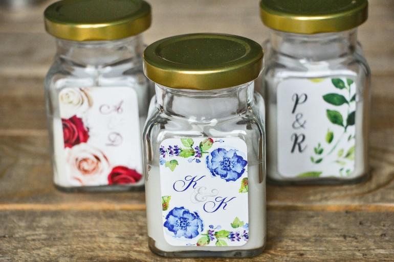 Świeczki - podziękowania i upominki dla gości weselnych, ślubnych. Kompozycja z drobnymi kwiatami w chłodnych barwach chabru