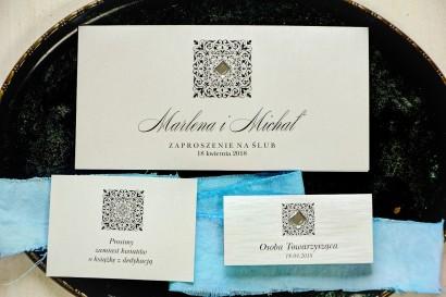 Srebrne zaproszenia ślubne z ozdobnym, przezroczystym kamyczkiem. Całość wykonana na papierze jednostronnym perłowym.