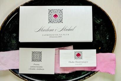 Srebrne zaproszenia ślubne z ozdobnym, amarantowym kamyczkiem. Całość wykonana na papierze jednostronnym perłowym.