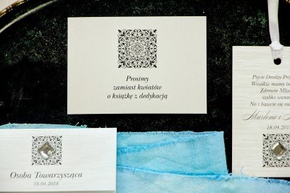 Srebrne bileciki do zaproszeń ślubnych z ozdobnym ornamentem. Całość wykonana na papierze jednostronnym perłowym