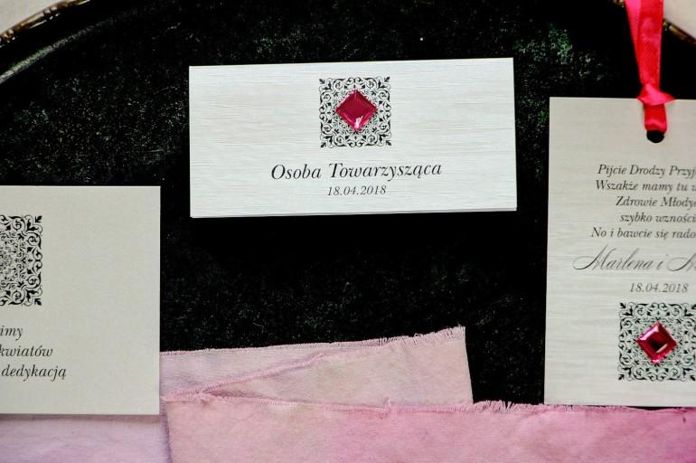 Winietki ślubne z personalizacją - na papierze perłowym z fakturą i ozdobnym ornamentem oraz amarantowym kamyczkiem