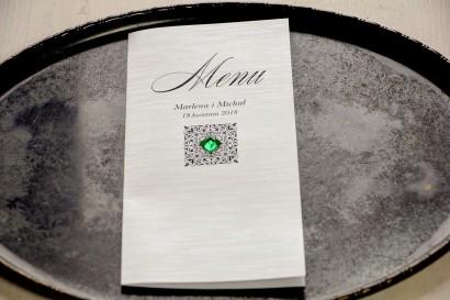 Menu weselne na stoły, na papierze perłowym z fakturą, ornamentem oraz szmaragdowym kamyczkiem