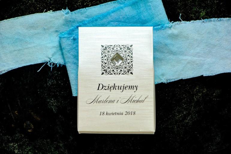 Pudełeczko na słodkości jako podziękowania dla gości na papierze perłowym z fakturą, ornamentem oraz przezroczystym kamyczkiem