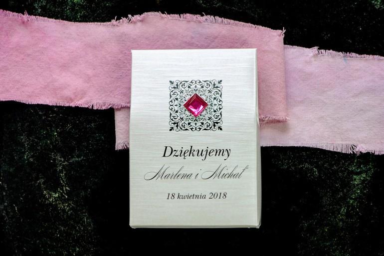 Pudełeczko na słodkości jako podziękowania dla gości na papierze perłowym z fakturą, ornamentem oraz amarantowym kamyczkiem