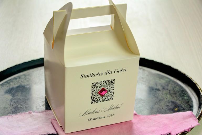 Ślubne pudełko na ciasto weselne. Ornament oraz amarantowy kamyczek