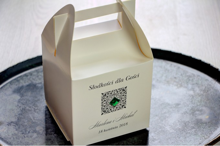 Ślubne pudełko na ciasto weselne. Ornament oraz szmaragdowy kamyczek