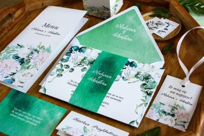 Zaproszenia ślubne z białymi różami z dodatkiem eukaliptusa w kolorze butelkowej zieleni