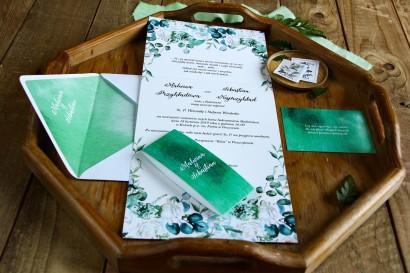 Zaproszenia ślubne z białymi różami z dodatkiem eukaliptusa w kolorze butelkowej zieleni - zaproszenie rozłożone