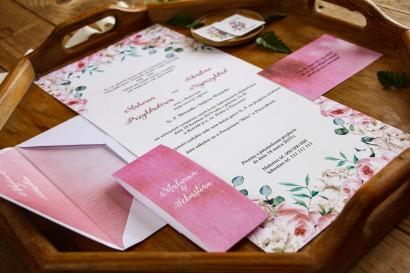 Różowe zaproszenia ślubne z białymi piwoniami i różami z dodatkiem eukaliptusa - zaproszenie rozłożone