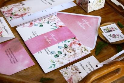 Różowe zaproszenia ślubne z białymi piwoniami i różami z dodatkiem eukaliptusa