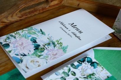 Menu ślubne, dodatki na stół weselny - Kompozycja z białymi różami z dodatkiem eukaliptusa w kolorze butelkowej zieleni