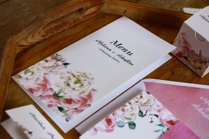Różowe Menu ślubne, dodatki na stół weselny - Kompozycja  z białymi piwoniami i różami