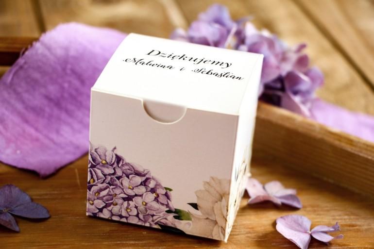 Pudełeczko na słodkości jako podziękowania dla gości. Grafika z fioletową hortensją i białymi piwoniami z dodatkiem eukaliptusa