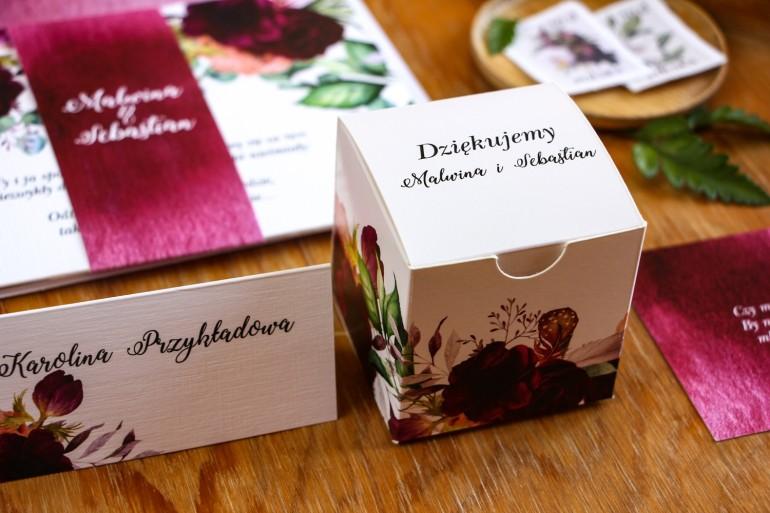 Pudełeczko na słodkości jako podziękowania dla gości. Grafika z burgundowymi piwoniami i anemonami z dodatkiem eukaliptusa