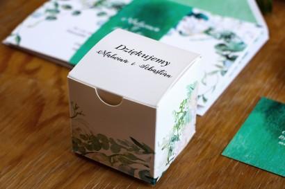 Pudełeczko na słodkości jako podziękowania dla gości. Grafika z białymi różami z dodatkiem eukaliptusa