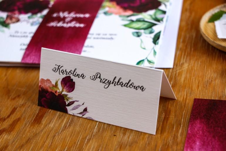 Winietki ślubne, wizytówki na stół weselny z burgundowymi piwoniami i anemonami z dodatkiem eukaliptusa