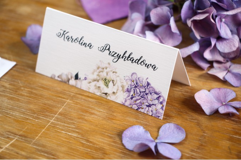 Winietki ślubne, wizytówki na stół weselny z fioletową hortensją i białymi piwoniami z dodatkiem eukaliptusa