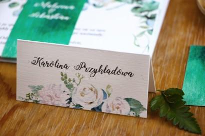 Winietki ślubne, wizytówki na stół weselny z białymi różami z dodatkiem eukaliptusa w kolorze butelkowej zieleni