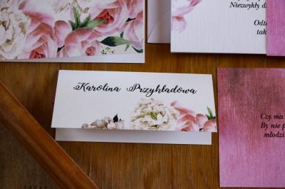 Różowe Winietki ślubne, wizytówki na stół weselny z białymi piwoniami i różami z dodatkiem eukaliptusa
