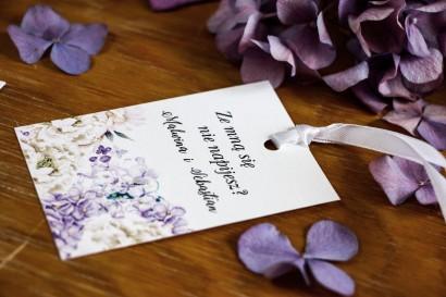 Zawieszki na butelki z fioletową hortensją i białymi piwoniami z dodatkiem eukaliptusa