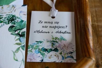 Zawieszki na butelki z białymi różami z dodatkiem eukaliptusa w kolorze butelkowej zieleni