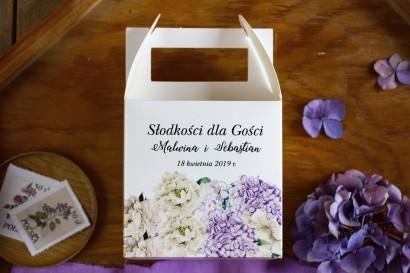 Pudełka (kwadratowe) na Ciasto weselne z fioletową hortensją i białymi piwoniami z dodatkiem eukaliptusa