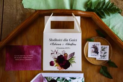 Pudełka (kwadratowe) na Ciasto weselne z burgundowymi piwoniami i anemonami z dodatkiem eukaliptusa