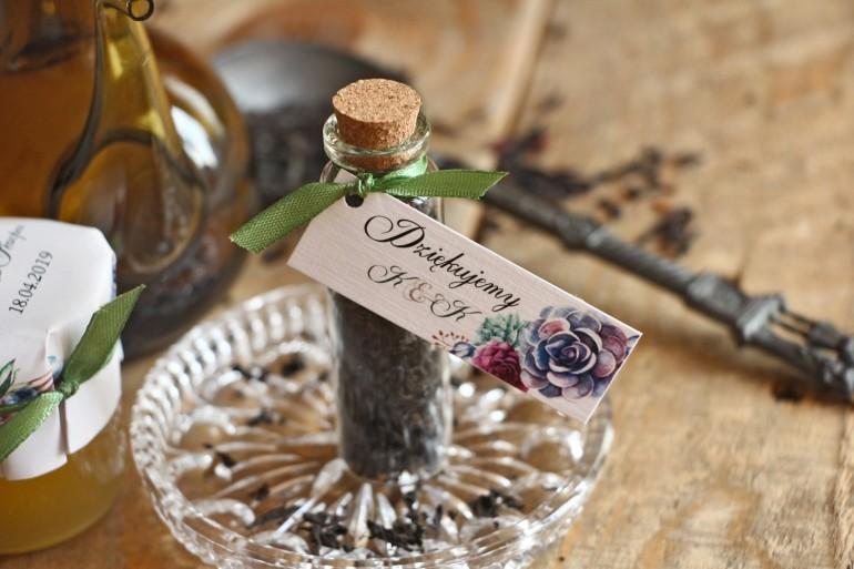 Podziękowania dla Gości w postaci buteleczek z herbat. Przywieszka z kompozycją sukulentów w pięknych barwach fioletu