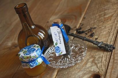 Podziękowania dla Gości w postaci buteleczek z herbatą. Przywieszka z delikatną kompozycją z drobnymi kwiatami