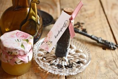 Podziękowania dla Gości w postaci buteleczek z herbatą. Przywieszka z pięknymi pudrowo różowymi piwoniami