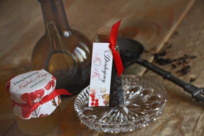 Podziękowania dla Gości w postaci buteleczek z herbatą. Przywieszka z jesienno-zimowym wzorem z intensywnie czerwonymi owocami