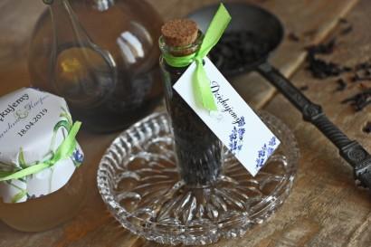 Podziękowania dla Gości w postaci buteleczek z herbatą. przywieszka z gałązkami jesiennej lawendy malowanej akwarelą