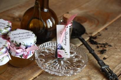 Podziękowania dla Gości w postaci buteleczek z herbatą. Przywieszka z efektowną kompozycją kwiatów róży i bzu