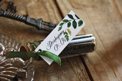 Podziękowania dla Gości w postaci buteleczek z herbatą. Przywieszka z kompozycją akwarelowych zielonych liści w stylu greenery