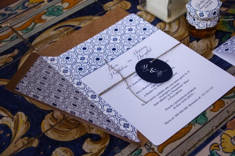 Jednokartkowe rustykalne zaproszenia ślubne z motywem hiszpańskiej grafiki w kolorze niebieskim