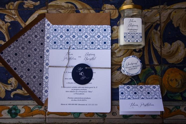 Jednokartkowe rustykalne zaproszenia ślubne z motywem hiszpańskiej grafiki w kolorze niebieskim wraz z dodatkami